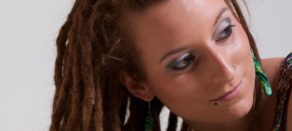Retrato de chica con rastas Klixer®